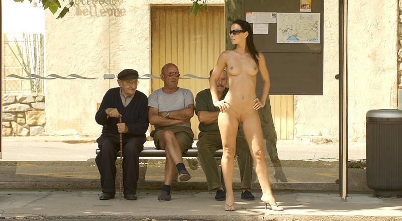 Фото голые в общественных местах